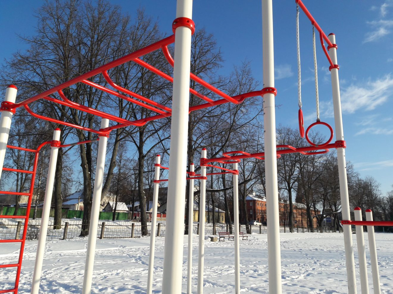 2627dca3 По протоптанным тропинкам видно, что полноценное поле для занятий спортом с  искусственным покрытием даже зимой пользуются спросом среди бегунов.